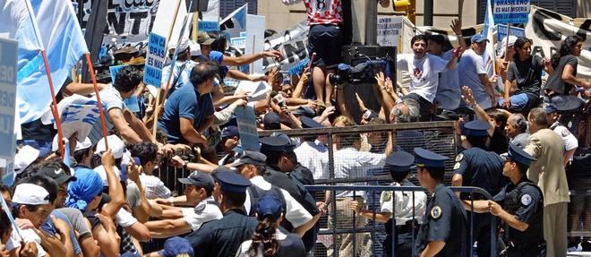 Les manifestations de décembre 2001 ont vite dégénéré: émeutes, pillages... (d'après Le Point)