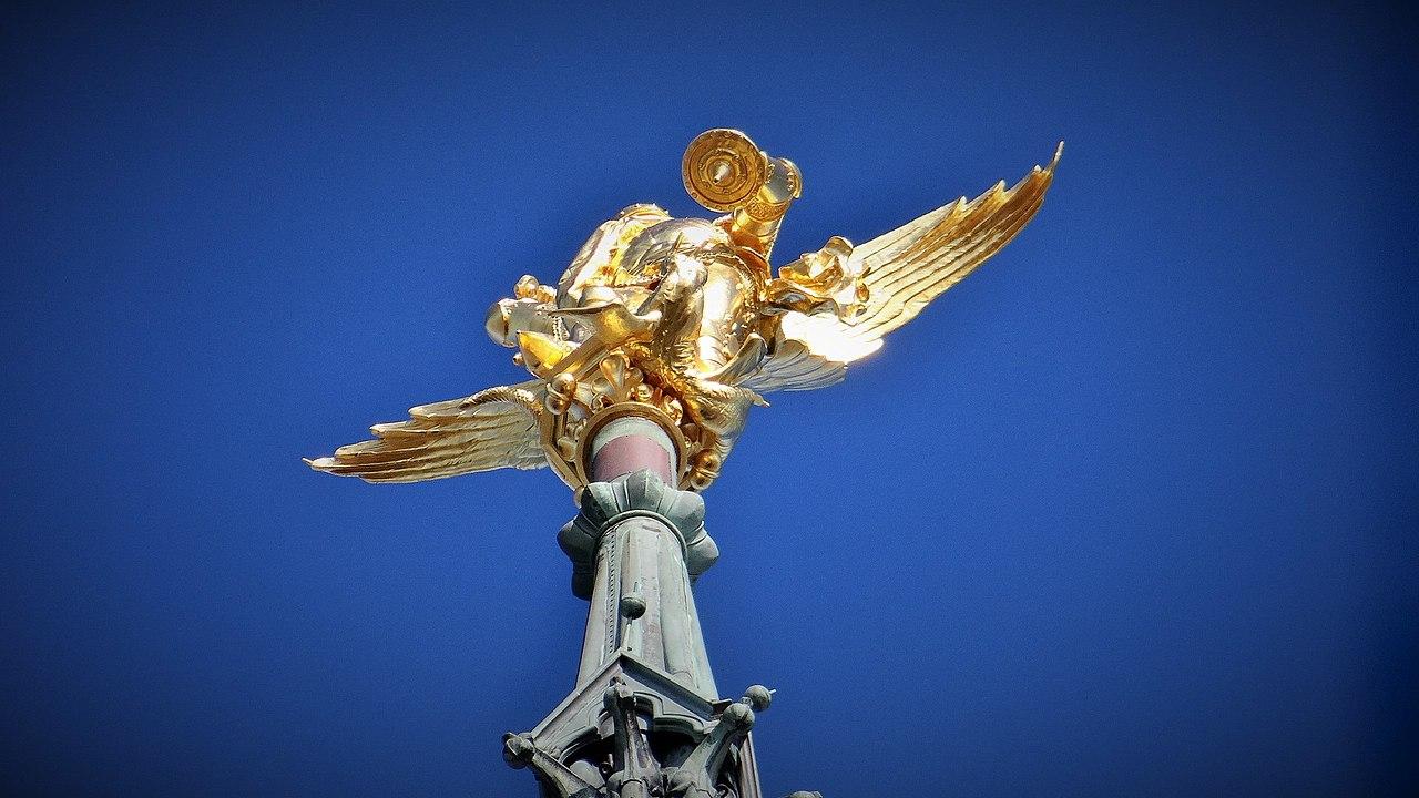 Quel célèbre archange surplombe le Mont-Saint-Michel emblème de la Normandie ?