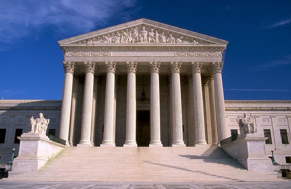 Combien de juges de la Cour suprême étaient favorables au décret de restriction du droit d'asile demandé par Donald Trump ?