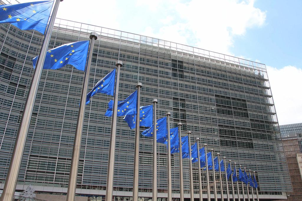Combien de banques ont été accusées d'entente sur le marché obligataire par la Commission européenne ?