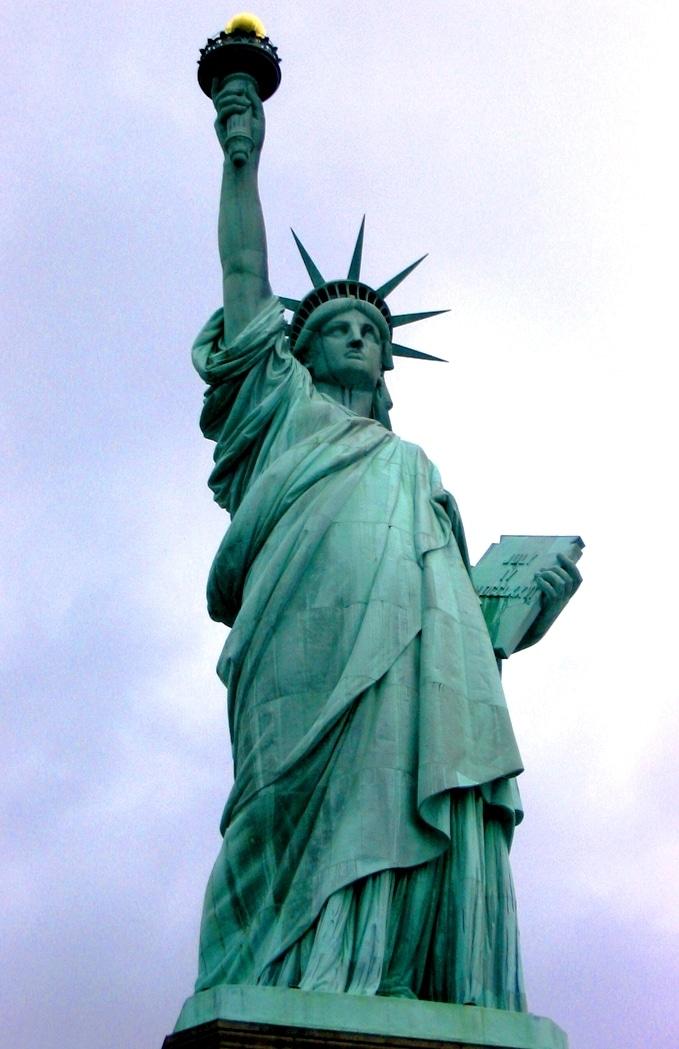 Dans le monde anglo-saxon, des statues d'anciennes figures coloniales sont vandalisées pour protester contre leur célébration.